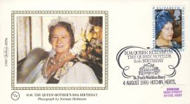 1980 BS8a FDC HM QUEEN MOTHER'S 80TH BIRTHDAY Benham Sm Silk Cover refF506Postmarked ST PAULS WALDEN BURY HITCHIN HERTS - photo by Norman PARKINSON . Very good condition. Unsealed with insert card. Ideal for gift