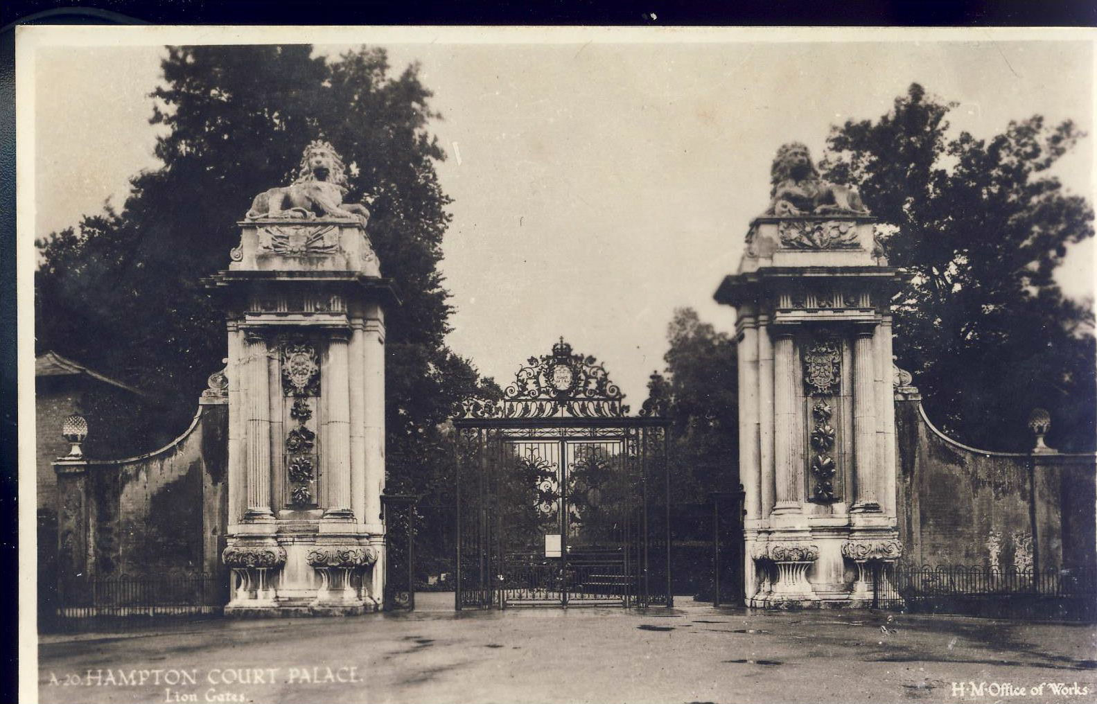 HAMPTON COURT PALACE lion Gates Old H.M. Office of Works Postcard refP9 Pre-owned unused condition.